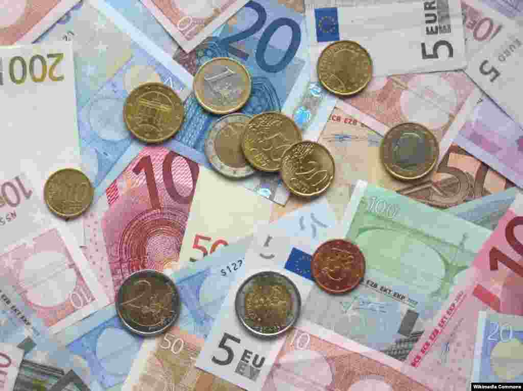 EU - A picture of some Euro banknotes and various Euro coins, 14Oct2006 - EU50 Euro was introduced in 2002 as a single European currency of the Eurozone