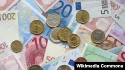 EU - A picture of some Euro banknotes and various Euro coins, 14Oct2006
