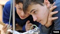 По словам ученых, работающих в СПбГУ, от них требуют готовить себе смену – в условиях, когда молодые люди неохотно идут в науку из-за маленьких зарплат