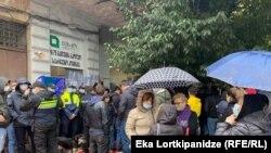 Акция протеста у входа в здание, где проходило заседание окружной избирательной комиссии Батуми