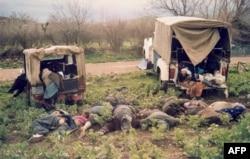 Фотография иранского новостного агентства IRNA показывает убитых курдов во время химической атаки города Халабджа на северовостоке Ирака. 16 марта 1988 года.
