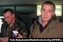 Євген Терехов (праворуч), кандидат на посаду міського голови Павлограда, боєць АТО, в аеропорту після прильоту з лікування у Литві. 2015 рік