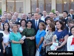 Президент Ильхам Әлиев (ортада) журналистермен бірге. 23 шілде 2013 жыл.
