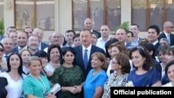 Илҳом Алиев дар иҳотаи журналистон