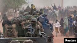 Մալի -- Մայրաքաղաք Տիմբուկտուի բնակիչները ողջունում են Ֆրանսիացի զինվորականներին, 28-ը հունվարի, 2013թ․
