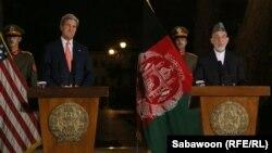 Президент Хамид Карзай (оңдо) менен Мамкатчы Жон Керри Кабулдагы биргелешкен маалымат жыйынында, 12-октябрь, 2013.