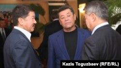 Миллиардеры (по версии журнала Forbes) Булат Утемуратов (слева) и Патох Шодиев (в центре), один из основателей корпорации ENRC.