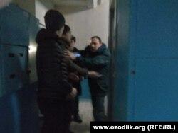 По словам очевидцев, на участкового инспектора набросились четверо парней. Ташкент, 20 февраля 2019 года.