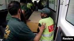 Лікарі і рятувальники перевозять тіла загиблих до моргу в Ісламабаді, 23 червня 2013 року