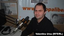 Ilie Cazac în studioul de la Chișinău al Europei Libere