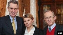 Юлия Тимошенко вместе с послом США на Украине Джеффри Пайеттом и главой миссии ЕС Яном Томбинским во время встречи в Киеве 23 февраля