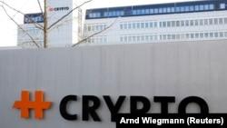 За повідомленням, для цього використовували швейцарську компанію Crypto AG, що продавала технологію шифрування для захищеного зв'язку до понад 120 країн