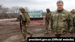 Президент України Петро Порошенко (праворуч) із військовими в місті Золоте Луганської області