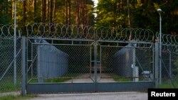 Окруженный колючей проволокой въезд на объект Старые Кейкуты на северо-востоке Польши