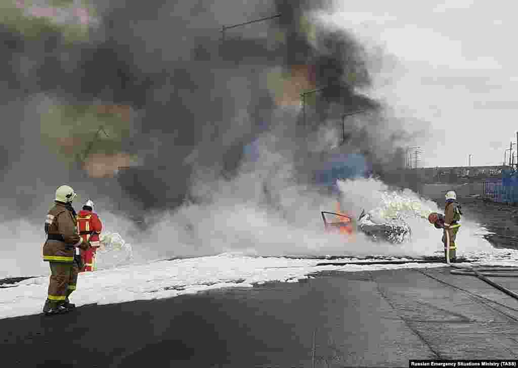 Пожарные борются с огнем, который вспыхнул на электростанции в Норильске после обрушения резервуаров с топливом и его возгорания