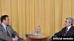 Встреча президента Армении Сержа Саргсяна (спрва) с заместителем госсекретаря США Филиппом Гордоном, Киев, 25 февраля 2010 г.