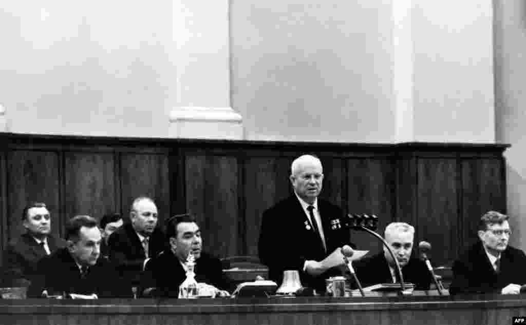 Хрущов виступає на пленумі ЦК КПРС у жовтні 1964 року, наприкінці перебування на посаді. Він налаштував проти себе більшу частину радянської еліти, і врешті його змусили до відставки його супротивники на чолі з Леонідом Брежнєвим.