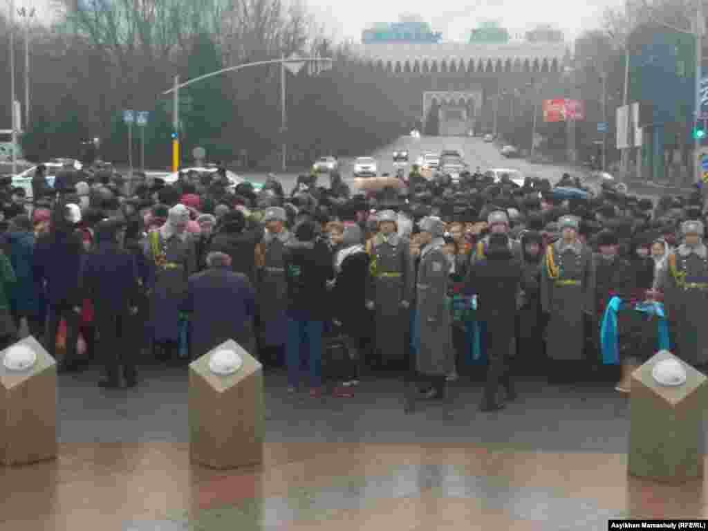 На церемонии возложения цветов к монументу «Рассвет независимости». Монумент воздвигнут в память о Декабрьских событиях 1986 года.