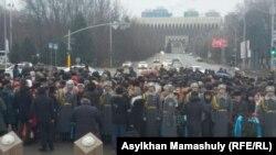 Параллельные церемонии возложения цветов в Алматы