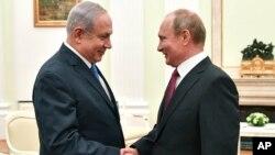 Израиль премьер-министрі Биньямин Нетаньяху Ресей президенті Владимир Путинмен кездесіп тұр. Мәскеу, 11 шілде 2018 жыл.