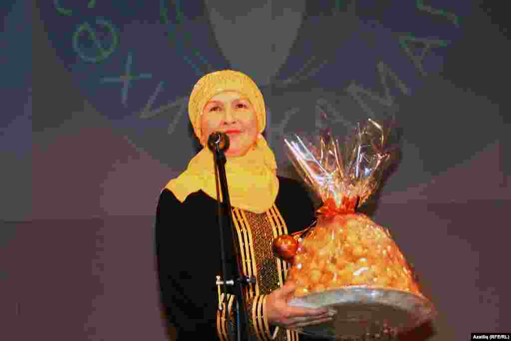Шагыйрә һәм әдәбият галиме Ләйсән Кәшфи үзе пешергән чәкчәк белән