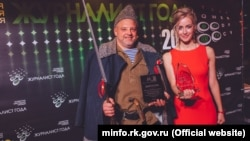 Олег Крючков и Анастасия Медынцева с наградами, полученными на четвертом ежегодном конкурсе «Журналист года». Симферополь, декабрь 2017 года