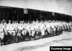 Посадка солдат 316-й стрелковой дивизии в вагоны перед отправкой на фронт. Алма-Ата, 1941 год.