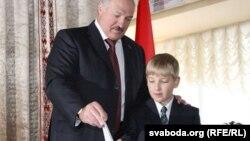 Парлямэнцкія выбары 2012 году, Аляксандар Лукашэнка з сынам Мікалем на ўчастку для галасаваньня