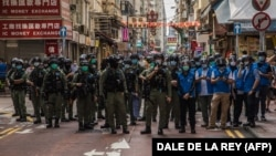 Rendőrök egy demokráciapárti hongkongi tüntetés helyszínén, 2020. szeptember 6.