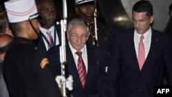 Рауль Кастро (в центре) по прибытии в Панаму на встречу глав американских государств, 9 апреля 2015 года.