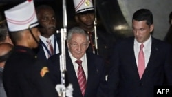 """Куба басшысы Рауль Кастроның (ортада) """"Америка саммитіне"""" қатысуға келген сәті. Панама, 9 сәуір 2015 жыл."""