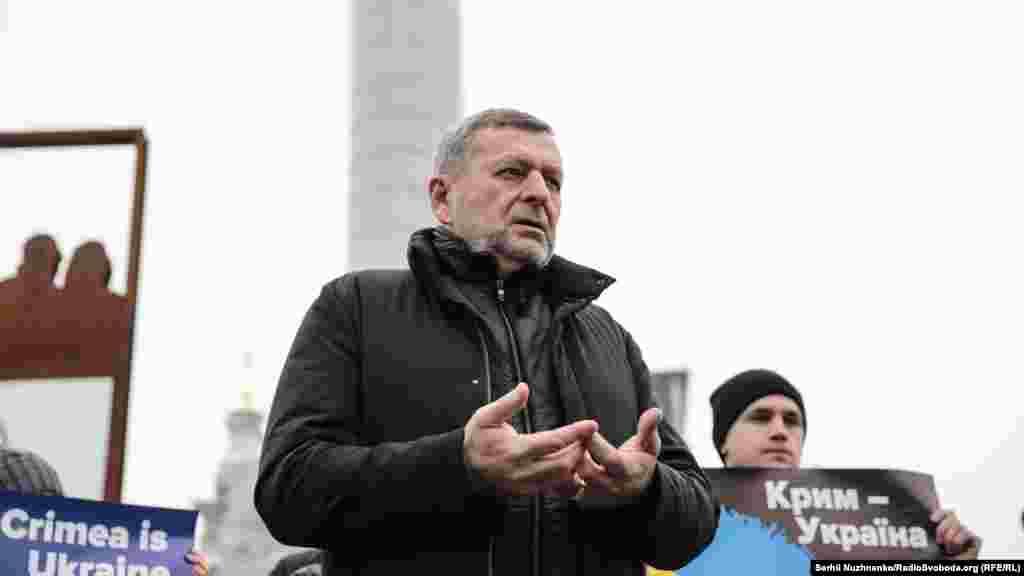 Привітати Балуха прийшов і заступник голови Меджлісу кримських татар Ахтем Чийгоз