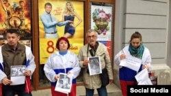 Пророссийские активисты в Симферополе бойкотируют показ фильма «8 лучших свиданий»