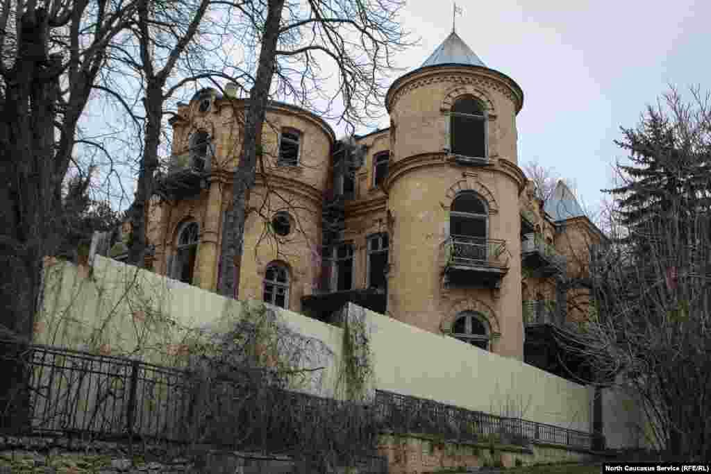 """Дом """"Эльзы"""". В Пятигорске есть свой """"замок с привидениями"""". Только история его связана не со Средневековьем, а с временами не столь отдаленными — первой половиной прошлого столетия. В 40-е годы бывшая хозяйка особняка по имени Эльза бесследно исчезла. А вместе с ней исчезли и сокровища, которыми она владела"""