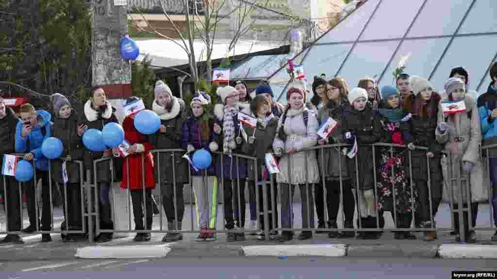 По периметру шествия от Совета министров и до парламента Крыма за металлическим ограждением выстроили детей, учеников городских школ