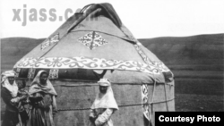 100 жыл мурунку Текес кыргыздары. Сүрөттү орусиялык офицер Маннир Имам тарткан. Ал 1906-1908-жж. аралыгында Кытайдын бир канча аймактарында болгон.