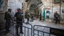 نیروهای امنیتی اسرائیل در این عکس از اکتبر ۲۰۱۵ در شهر قدیمی اورشلیم/بیتالمقدس دیده میشوند
