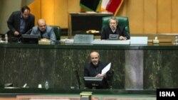 محمود گودرزی در حال دفاع از برنامههای خود در نشست رای اعتماد مجلس شورای اسلامی.
