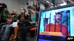 Российские журналисты в ходе видеоконференции с Виктором Бутом, находящимся в тюрьме