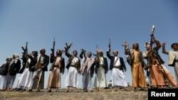 ایران از شورشیان حوثی یمن به طور آشکار حمایت نموده ولی دادن اسلحه به آنها را رد میکند.