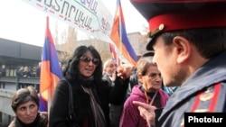 Акцію протесту перед резиденцією президента в Єревані, 26 листопада 2013 року