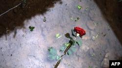 Ruža na grobu žrtve genocida u Srebrenici