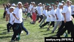 Дети принимают участие в «Фестивале здоровья». Алматы, 7 сентября 2013 года.