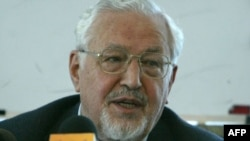The head of the outlawed Iran Freedom Movement, Ebrahim Yazdi, holds a press conference in Tehran in 2005.