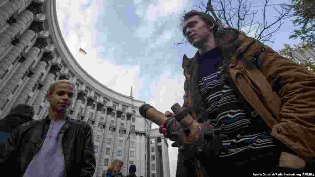 Один із учасників мітингу приніс із собою«бонг», зроблений у вигляді булави