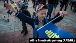 Как крымчане картонного Жириновского обнимали (фотогалерея)