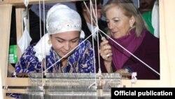 Элизабет Миллард, сафири Амрико дар Душанбе ҳамроҳи як зани тоҷик
