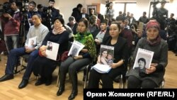 Родственники задержанных в Китае этнических казахов на пресс-конференции в Астане. 7 декабря 2017 года.