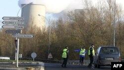 Полиция блокирует доступ к одной из АЭС близ Парижа - в связи с акцией Гринпис в декабре 2011 года