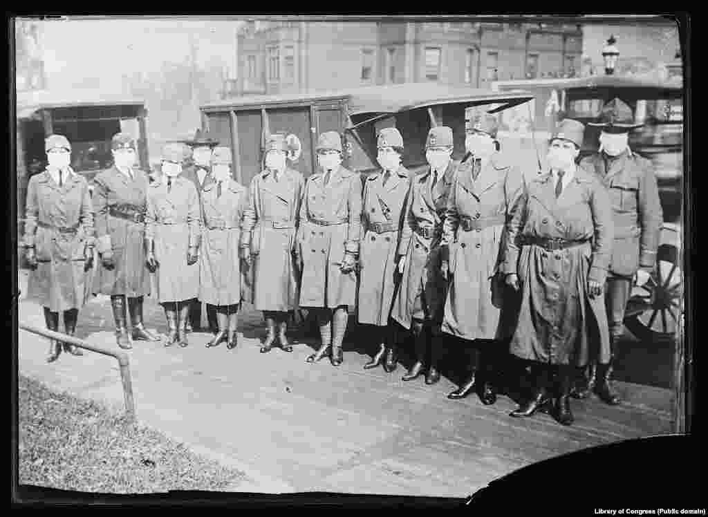 Članovi Crvenog krsta na dužnosti u pet ambulanti tokom pandemije Španske gripe, 10. oktobar 1918. Stotinu dvije godine kasnije, 21.marta 2020. osoblje Crvenog krsta dezinfikuje selo u Indoneziji u cilju spriječavanja korona virusa.